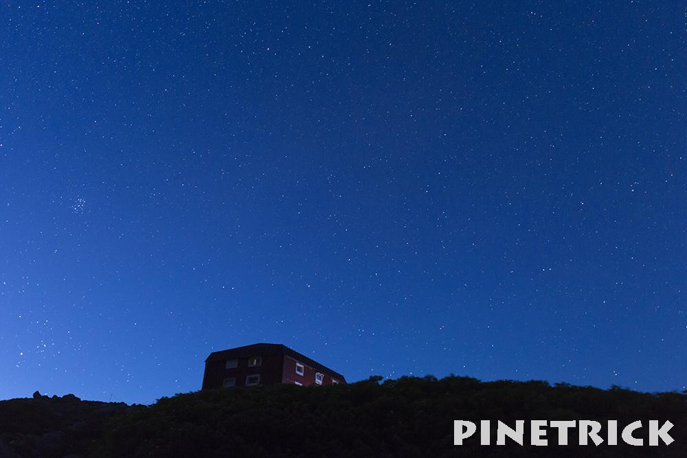 白雲岳品小屋と星空