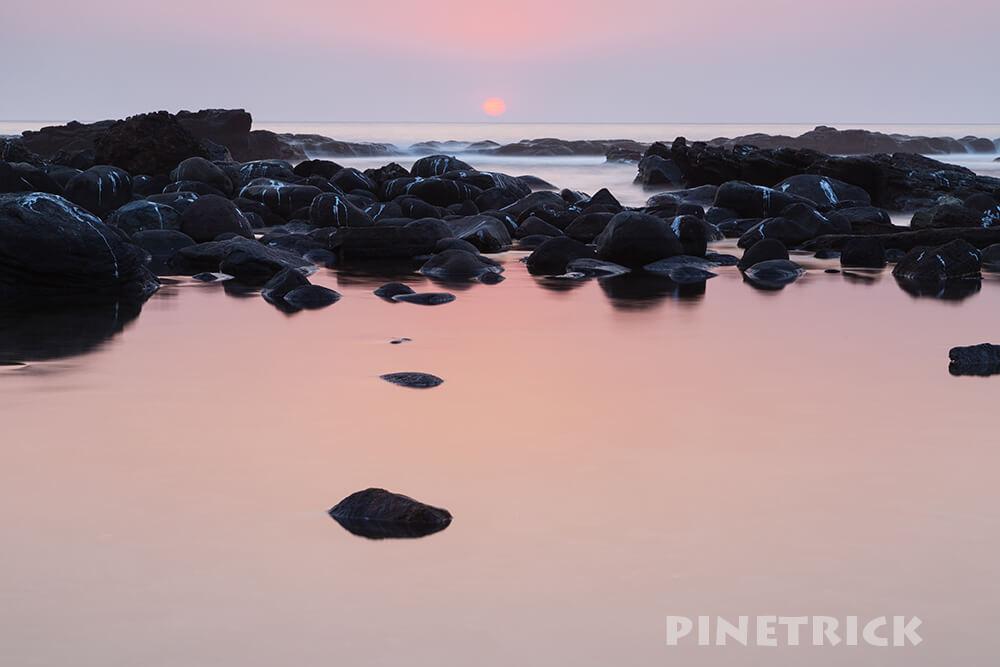 岩 鳥のフン 寿都 ピンク