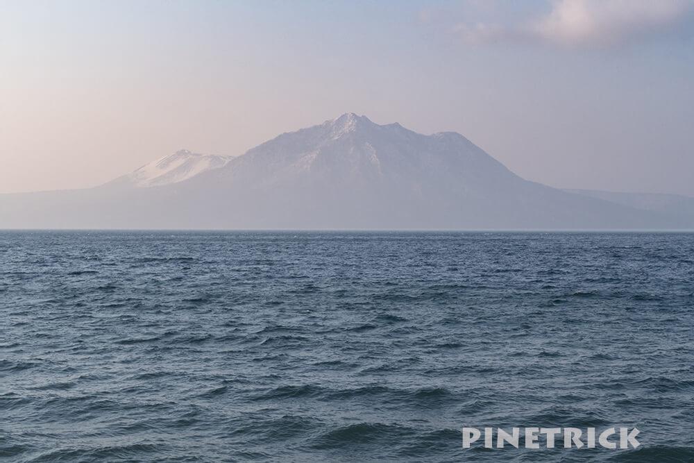 ガスってる風不死岳と樽前山、支笏湖