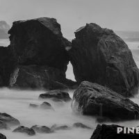 撮影スポット 波 岩 モノクロ スローシャッター 海