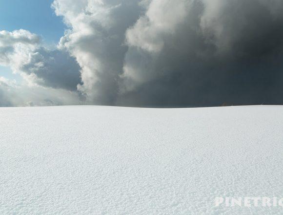 雪原 雪丘 雲 青空