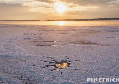 ウトナイ湖 朝日 凍結 湖面 雪 氷 道の駅