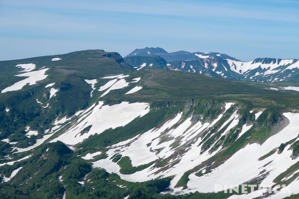 高値ヶ原 忠別岳 五色岳 トムラウシ 登山 大雪高原温泉 青空 残雪 山道