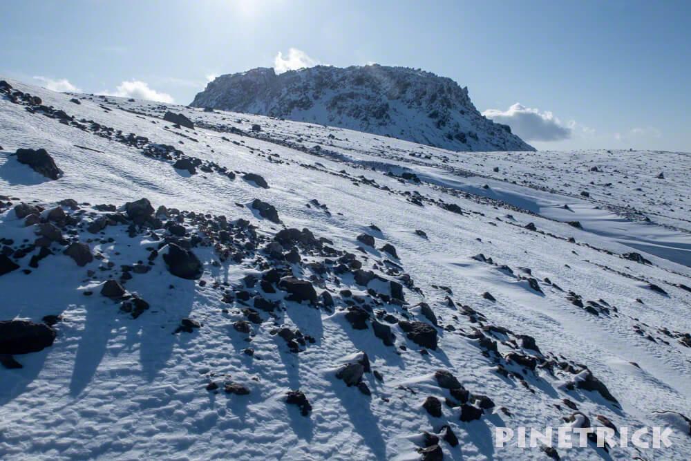 樽前山 溶岩ドーム 冬山 登山 北海道 噴石 黒石