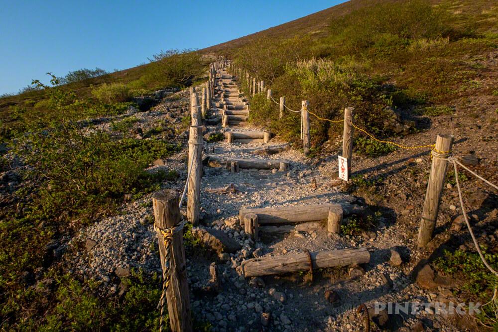 樽前山 登山道 木階段 朝日 染まる オレンジ色 北海道