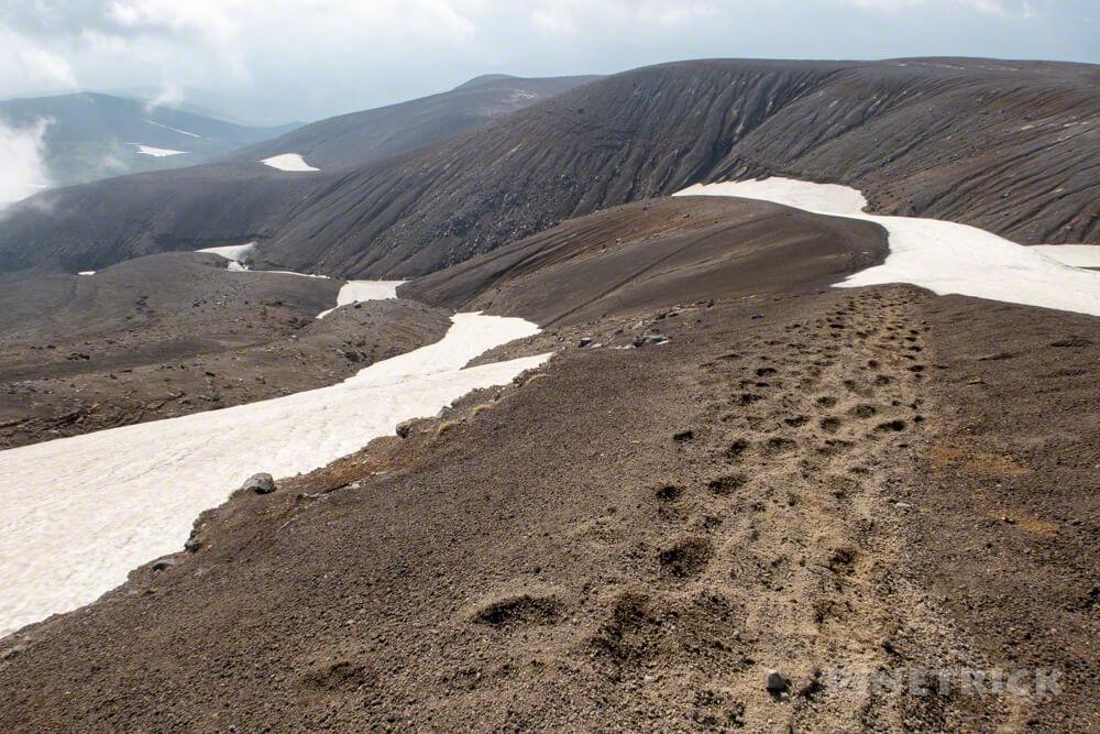 十勝岳連峰 縦走 火山灰 蟻地獄 残雪 雪渓 北海道