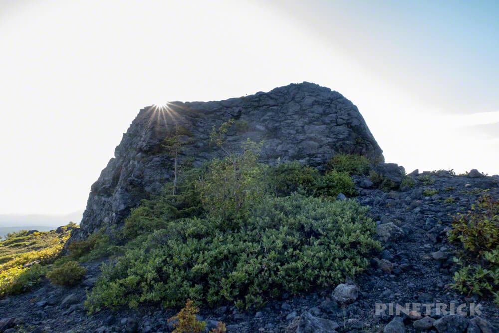 樽前山 溶岩 大岩 逆光 登山
